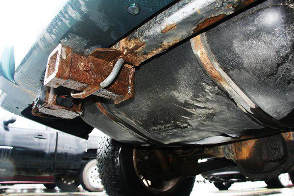 Igen, ez a gyári megoldás még a plusz védőpáncél nélkül. Nem tudni, mi lesz azokkal, akik nem gyári vonóhorgot szereltettek fel kérdéses évjáratú Jeep-ükre.