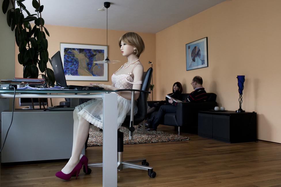 Nescio50 nem szerette volna felfedni a valódi nevét, mert a társadalom számára nem könnyű elfogadni az életmódot, amit választott. Az anyja is azt mondta: jobban szeretné, ha inkább valódi nővel élne. Nescio50-nek soha nem volt barátnője. A babái boldoggá teszik. Az íróasztalnál a számítógép előtt ülő baba Lily, a kanapén Sasha van Nescio50 mellett.