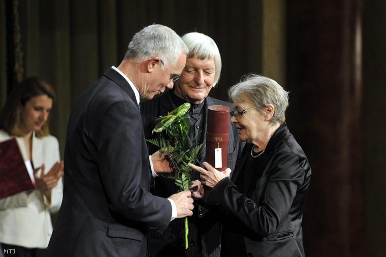 Törőcsik Mari színművész átveszi a Nemzet Művésze díjat Balog Zoltántól az emberi erőforrások miniszterétől (b) és Fekete Györgytől a Magyar Művészeti Akadémia elnökétől a Pesti Vigadó dísztermében.