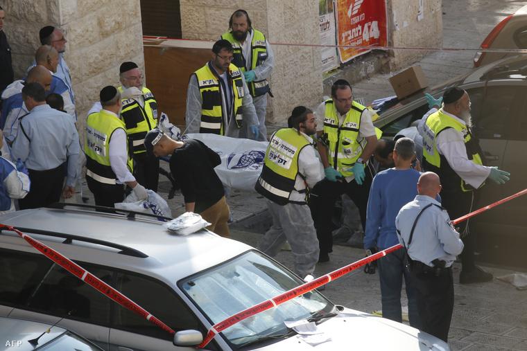 A két palesztin támadó holttestét szállítják el a helyszínről