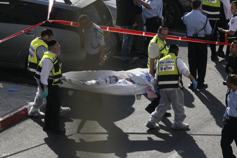 Holttestet szállítanak el a keddi támadás helyszínéről