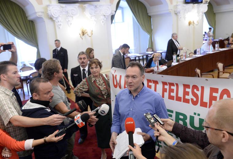 Várnai László, a CivilZugló Egyesület elnöke sajtótájékoztatót tart a Fővárosi Közgyűlés ülése előtt a Városházán 2014. június 30-án.