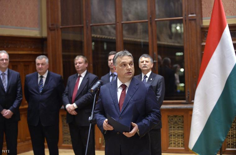 Orbán Viktor miniszterelnök beszédet mond Budapesten, az Országház Munkácsy-termében, ahol német parlamenti képviselőknek adott át kitüntetéseket