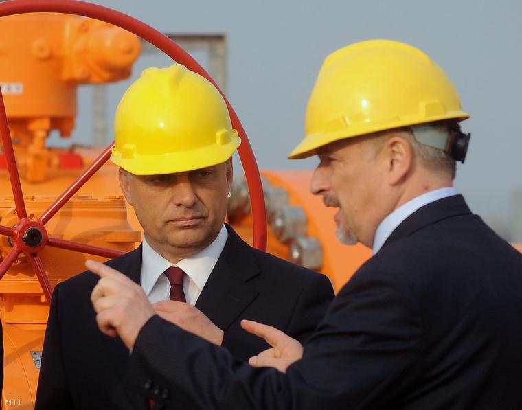 Hernádi Zsolt a Mol Nyrt. elnök-vezérigazgatója (j) és Orbán Viktor miniszterelnök beszélget a Csanádpalota mellett tartott gázvezeték-átadó ünnepségen 2010-ben