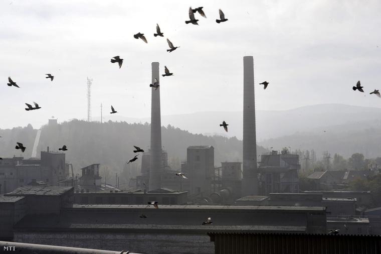 A lábatlani Holcim cementgyár részlete 2012. október 17-én.