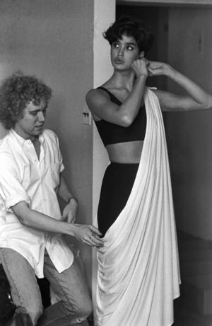 Janice Dickinsont 1982-ben öltöztetik.