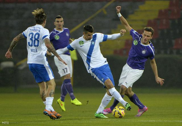 Az újpesti Dusan Vasziljevics (j) és Bese Barnabás (j2) az MTK játékosa az OTP Bank Liga 13. fordulójában játszott MTK Budapest - Újpest FC labdarúgó-mérkőzésen a kispesti Bozsik-stadionban 2014. november 2-án.