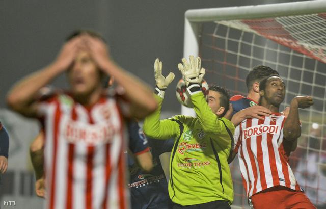 Balogh János a Nyíregyháza kapusa (k) és a diósgyőri Georges Griffiths (j) az OTP Bank Liga 14. fordulójában játszott Diósgyőri VTK - Nyíregyháza Spartacus labdarúgó-mérkőzésen a diósgyőri stadionban 2014. november 9-én.