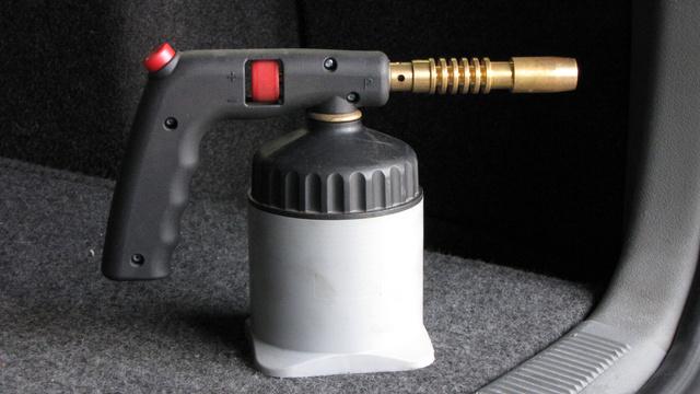 Ez az egyszerű, konzervméretű gázpalackról működő forrasztókészülék tökéletesen bevált a műanyag felújításban