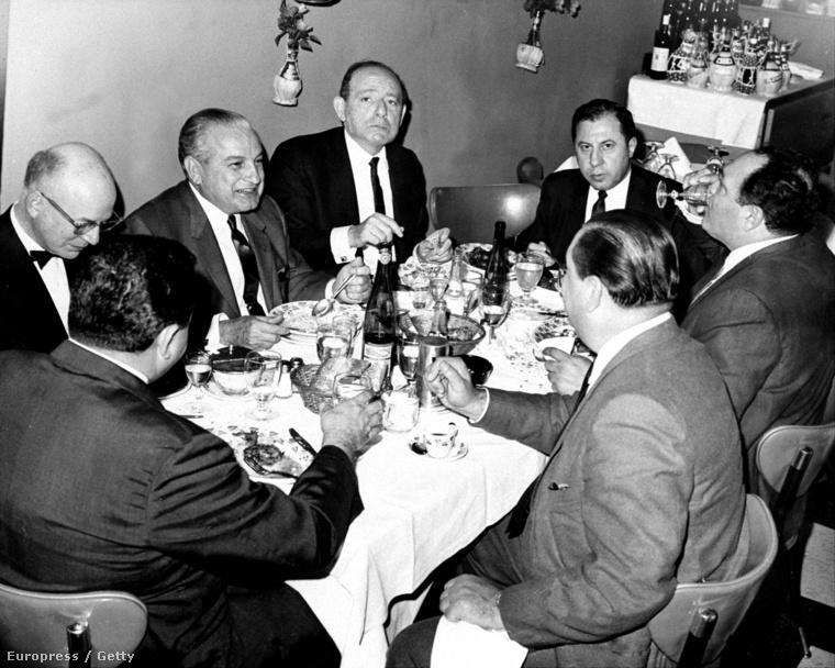 """Carlos Marcello (balról a második), ügyvédei és """"munkatársai"""" vacsorája a queensi La Strella étteremben 1966. szeptemberében"""