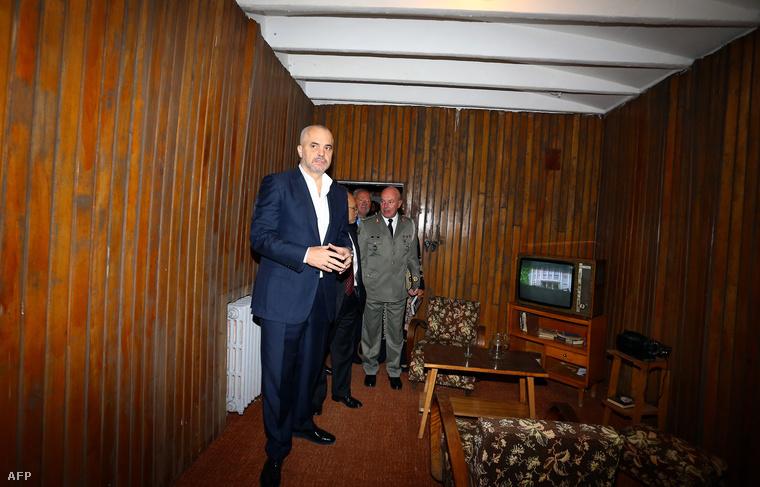 Albánia miniszterelnöke Edi Rama a Tiranától három kilométerre fekvő Hodzsa bunkerban 2014. november 22-én.
