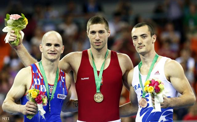 Az aranyérmes Berki Krisztián (k) az ezüstérmes horvát Filip Ude (b) és a bronzérmes Cyril Tommasone a nanningi tornász-világbajnokság férfi lólengés eredményhirdetésén.