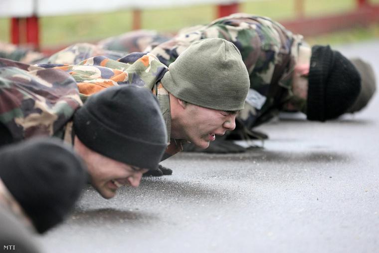 Jelöltek tartják magukat fekvőtámaszban az MH 34. Bercsényi László különleges műveleti zászlóalj kiválasztó foglalkozásán a szolnoki helikopterbázison.