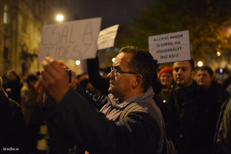 Tüntők a József Nádor téren, november 25-én