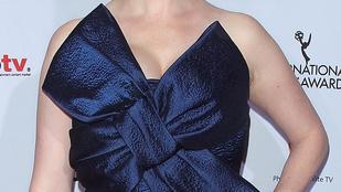 Christina Hendricks csomagolópapírnak öltözött