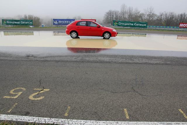 Jó téli gumival a nedves műgyantán rövid úton meg lehetett állni