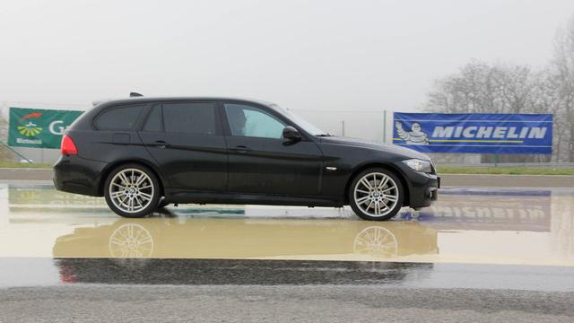 Modern autó, modern fék, fiatal téli gumi=rövid fékút