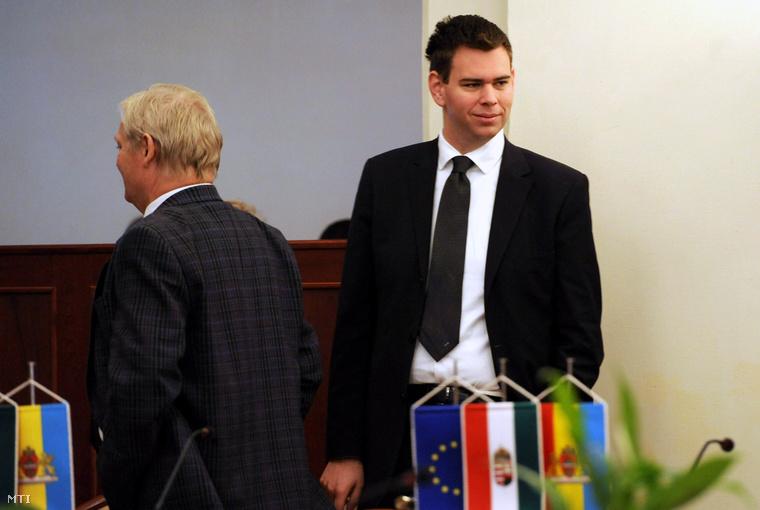 Tarlós István főpolgármester és Vitézy Dávid a fővárosi közgyűlés ülése előtt a Városháza dísztermében 2012. október 31-én.