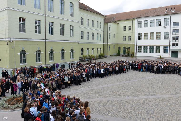 Egykori és mai diákok tanárok a Székely Mikó Kollégium 155. évfordulójára szervezett kétnapos ünnepség megnyitóján 2014. november 13-án.