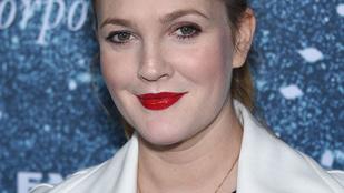 Drew Barrymore reklámban szerepel a családjával