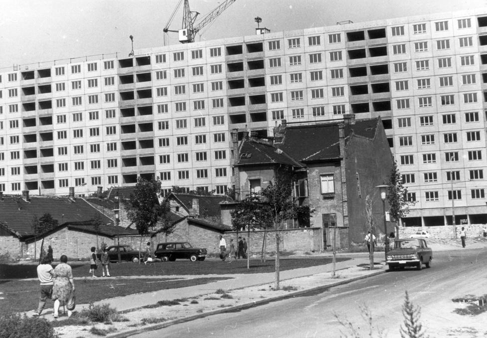 A  lakókkal való vita miatt a Vörösvári út 60. szám alatti emeletes házat bontották le utoljára a környéken. Erre 1975 körül került sor, de nagy kertjét már korábban felszámolták. A gyümölcsfák helyén parkolóhelyre vadászó autósok köröznek.