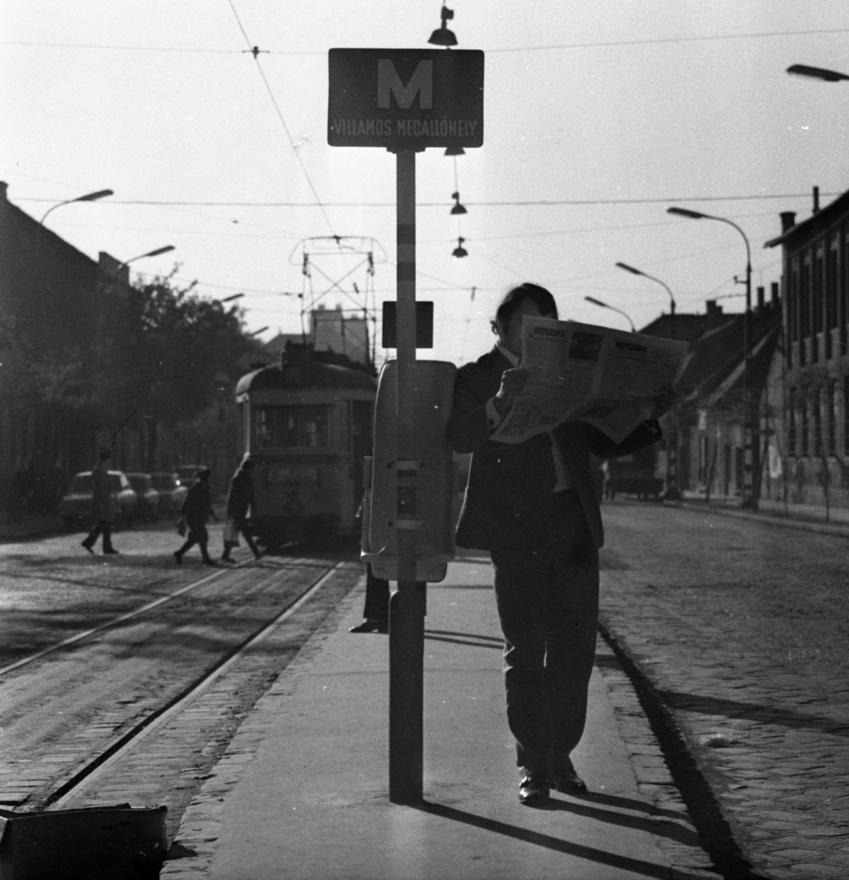 A Vörösvári úti villamosmegálló, még panelek nélkül, Népszavával. Itt járt a megszüntetett 11-es villamos is, de egy időben még trolibusz is közlekedett Óbudán, a budai oldal egyetlen ilyen vonalaként.