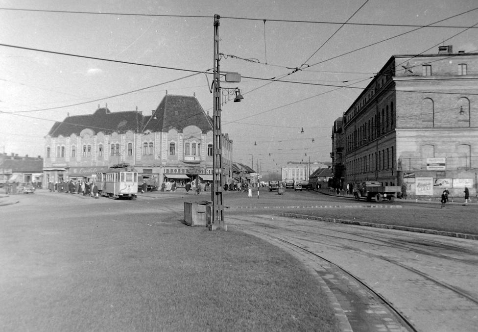A Flórián tér 1968-ban, szemben a még ki nem szélesített Szentendrei út. A balra lévő impozáns saroképületben (szintén lebontották) működött a magasabb igényeket is kielégítő Csemege Áruház. Vele szemben, a vörös csillagos épületben van ma az Index szerkesztősége, a csillag azóta lekerült a homlokzatról.