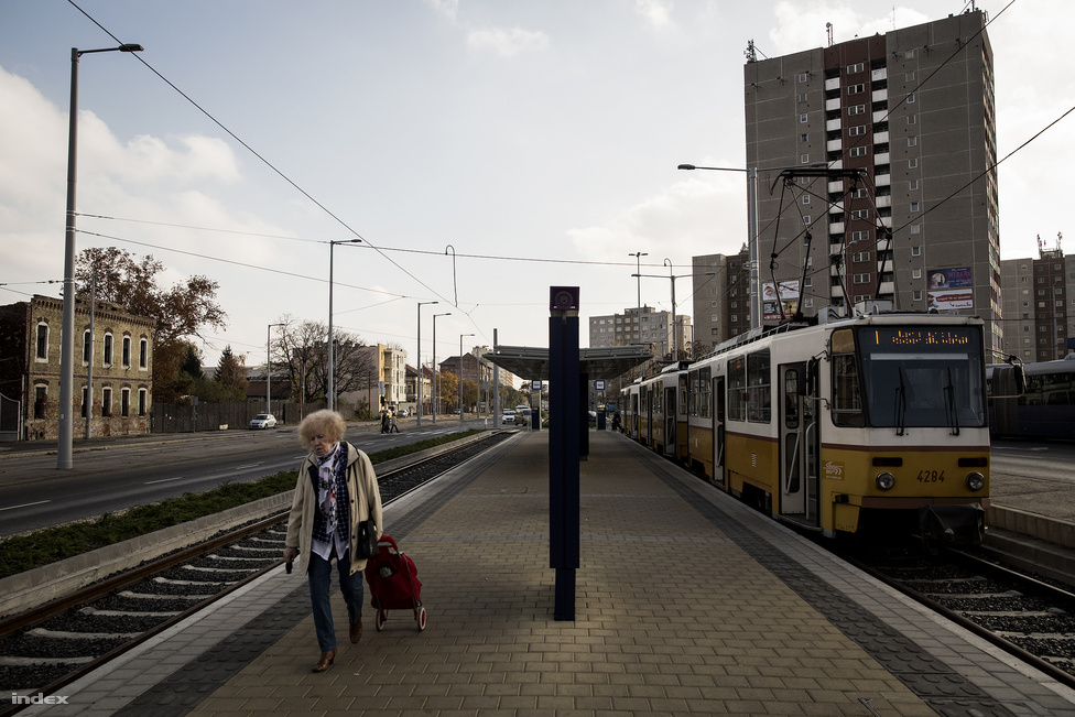 Most az 1-es villamos végállomása van a Bécsi és a Vörösvári út találkozásánál, de elvileg tervben van a vonal meghosszabbítása a Bécsi úton kifelé.