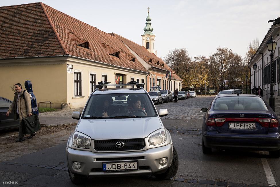 A fenti fényképen épen látható földszintes épületsor megmaradt. Középen a Krúdy-ház, ma Vendéglátóipari Múzeumként működik.