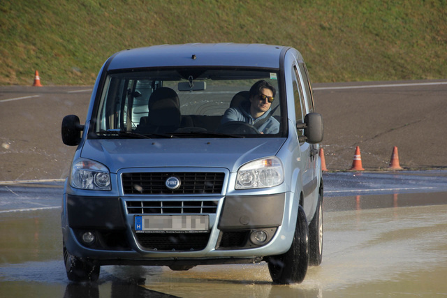 Családi autó nem sportkocsi, de ennek is ugyanúgy meg kell ismerni a határait, hogy mindig tökéletesen uralni tudjuk