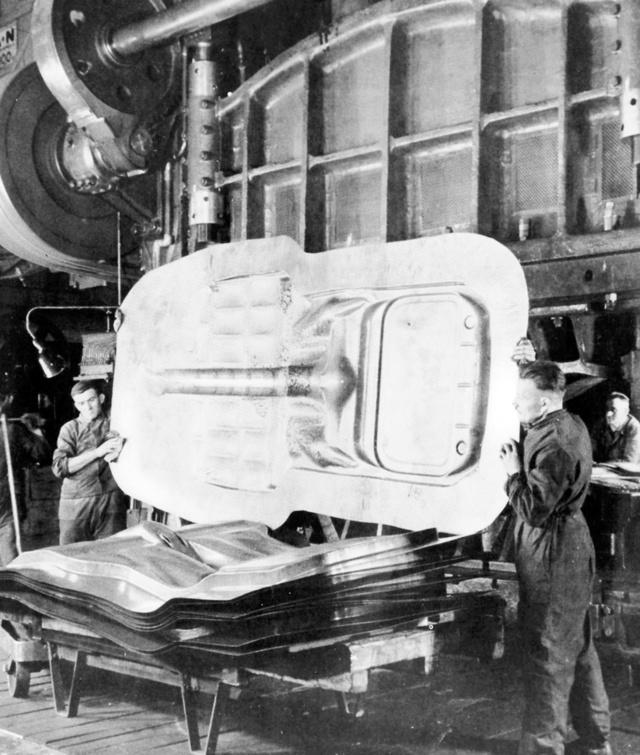 Ötszáz tonnás préssel formázták az önhordó karosszériás Kapitän padlólemezét