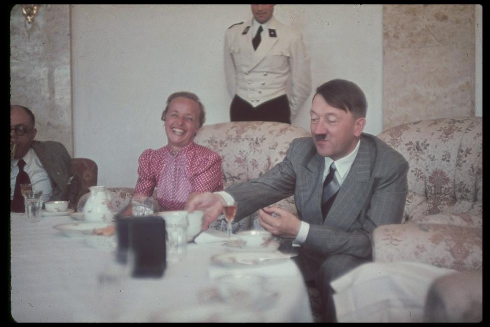Hitler reggelizik személyi orvosával, Theodor Morellel és feleségével, a berchtesgadeni rezdenciáján.
