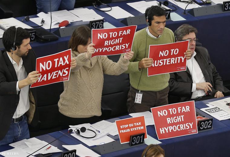 Az Egységes Európai Baloldal képviselői tiltakoztak
