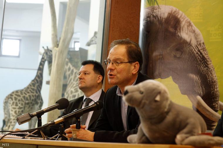 Navracsics Tibor miniszterelnök-helyettes a veszprémi a Kittenberger Kálmán Növény-és Vadasparkban tartott sajtótájékoztatón 2014. február 6-án.