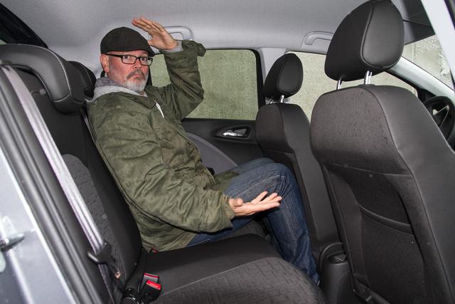 Az Opelben jól el lehet férni hátul