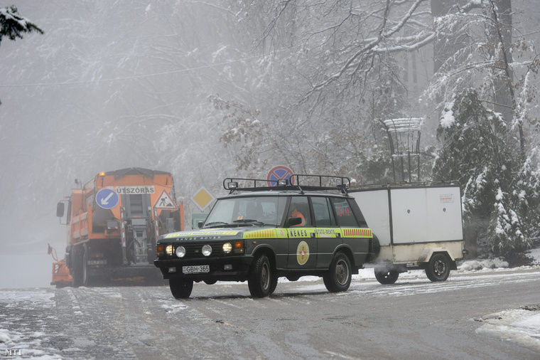 A Kékes Kutató és Mentőszolgálat járműve Mátraháza mellett.