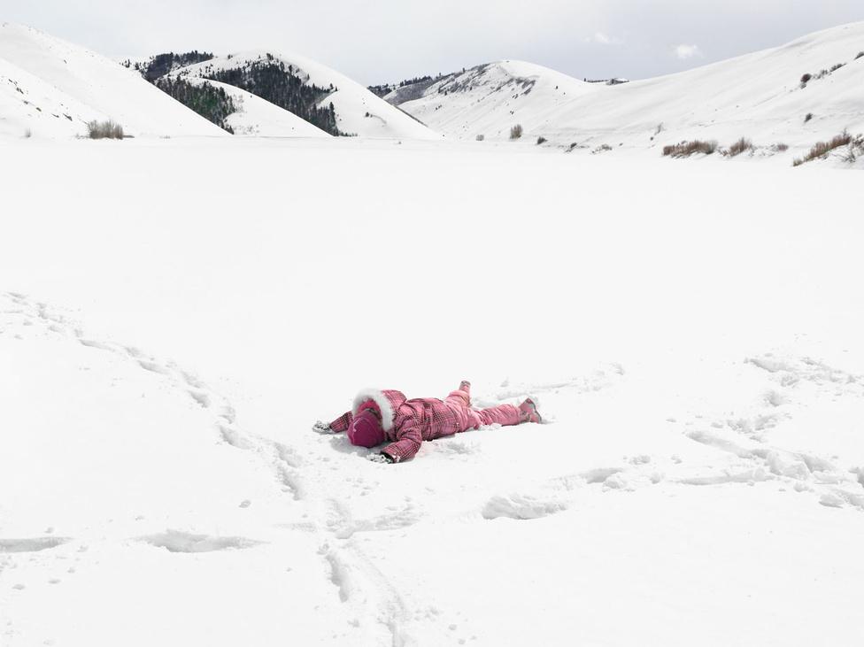 """""""Wyoming érintetlen vidékein autózva azon járt az agyam, hogy ennyire barátságtalan, rideg környéken még soha nem jártam. November volt, és már havazott, a talajt borító cserjék roskadoztak a hó súlya alatt. Pár kilométerrel később egy hóviharba hajtottam bele, az autó megcsúszott a jeges úton, és az árokba csúszott. Nem volt térerőm, nem tudtam segítséget hívni. Elveszett voltam, és magányos, de szerencsés is, mert nemsokára arra jött valaki, és kihúzott.""""                         Jennifer, Montpelier Víztározó, Montpelier, Idaho 2011"""