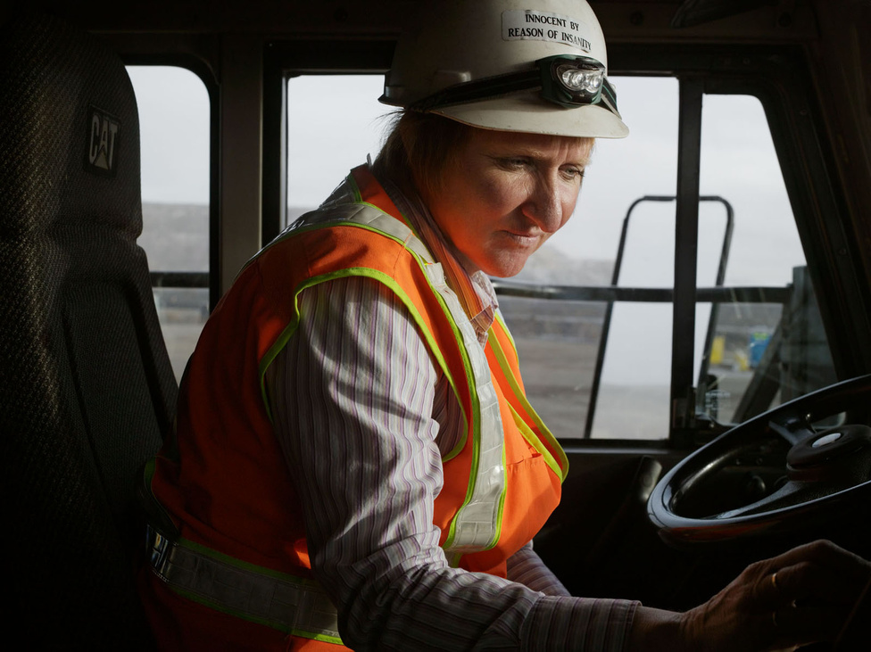 """""""Bármerre is jártam, iszonyúan leterhelt emberekkel találkoztam, akik kőkemény fizikai munkát végeznek. Alice 12 órás műszakban vezet egy teherautót, ami nagyobb, mint a házam. Az aranybánya előtt kozmetikusként dolgozott húsz évig.""""                         Alice, dömpersofőr, Newmont Mining Corporation, Carlin, Nevada 2012"""