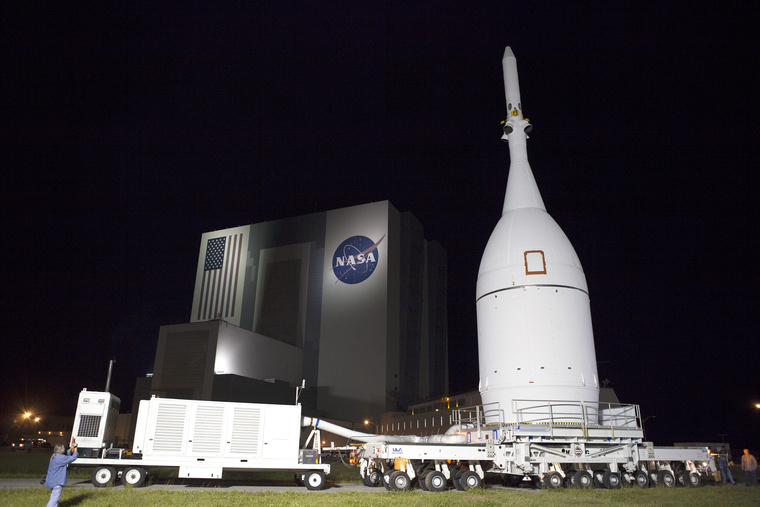 Az Orion űrhajó a NASA összeszerelő csarnoka előtt Floridában