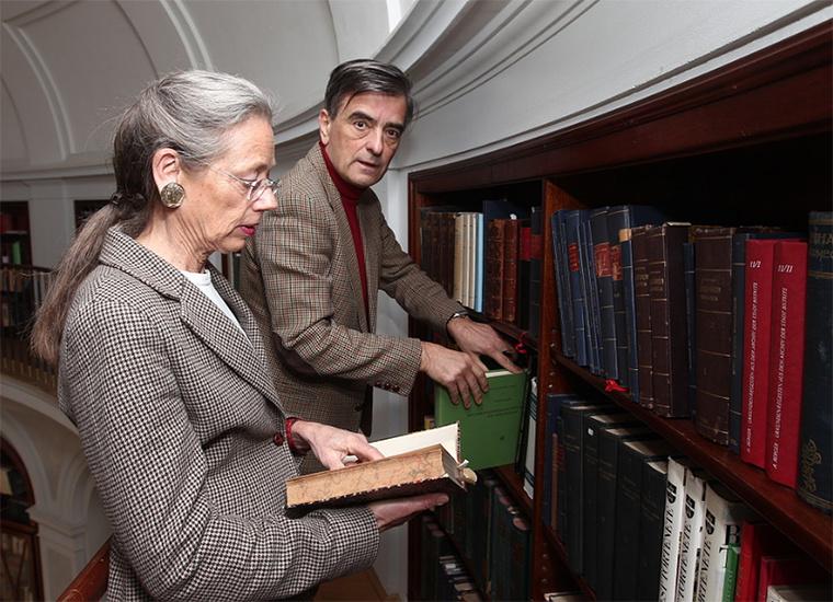 Károlyi György és felesége a fehérvárcsurgói kastély könyvtárában