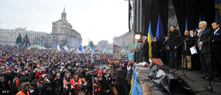 McCain Klicskóval 2013-ban a Majdanon Kijevben
