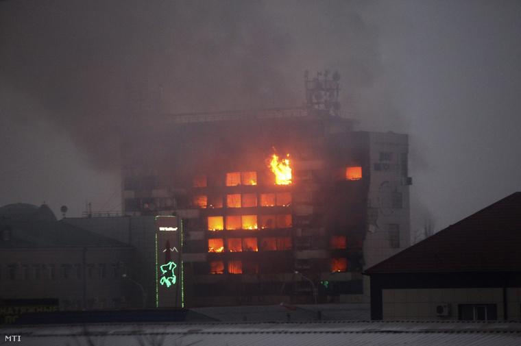 Lángokban áll a médiaközpont Groznijban, 2014. december 4-én.