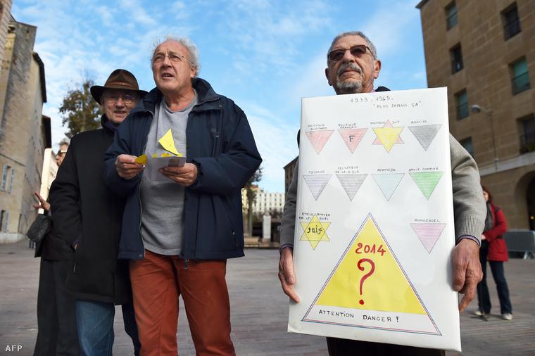 A polgármesteri hivatal előtt tüntettek