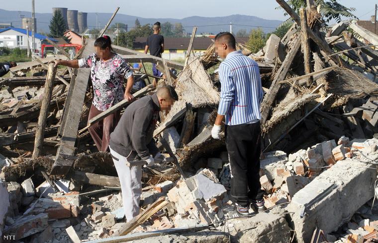 Helyi lakosok tüzelő- és építőanyagot gyűjtenek egy lebontott épület romjai között 2014. szeptember 29-én a miskolci Békeszálló telepen, ahol folytatódott a nyomortelep-felszámolási program.