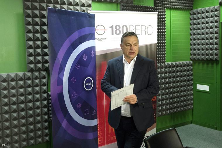 Orbán Viktor miniszterelnök érkezik a Magyar Rádió stúdiójába 2014. december 5-én.