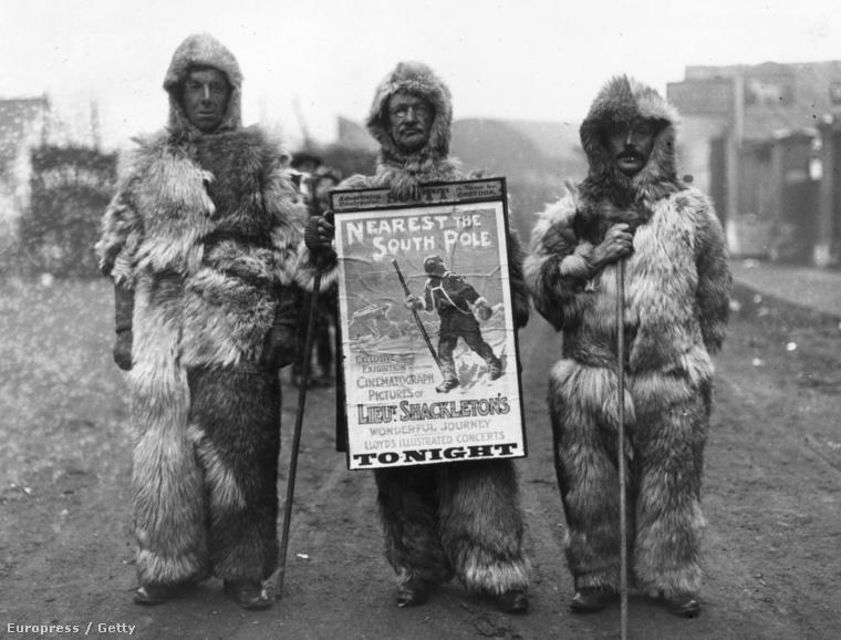 1909 december: Egy férfi arktiszi öltözetben Shackleton Lantern Lecture című művét reklámozza, amely egy az ír felfedező  Ernest Shackleton kalandját írja le, aki rekord közel, 97 mérföldre jutott a a Déli-sarkhoz.