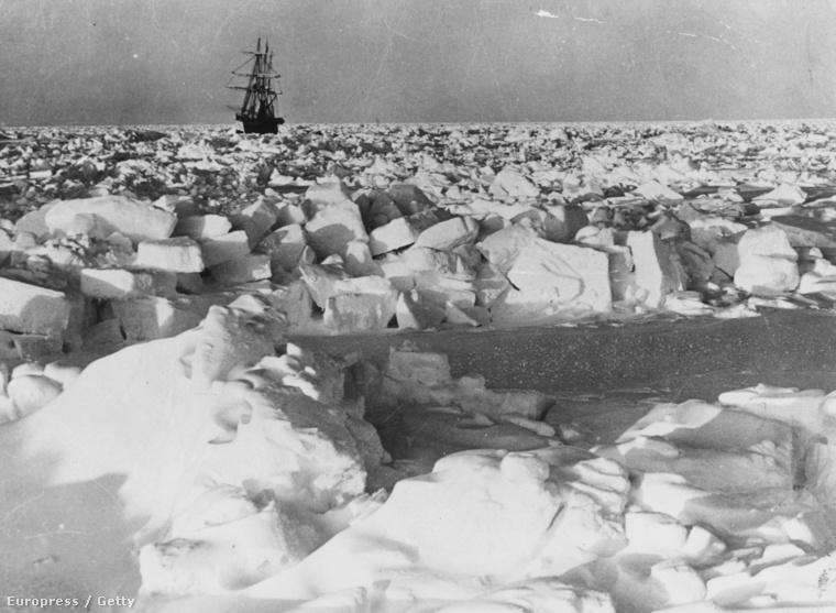 Shackleton az SS Nimrod fedélzetén, jégtömbök között.