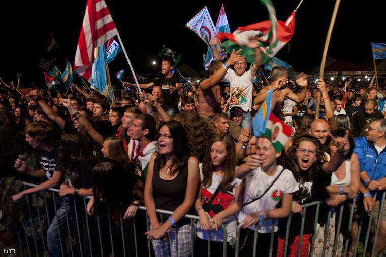 Közönség a Kárpátia zenekar koncertjén az Erdélyi Magyar Ifjak (EMI) egyesület által szervezett 9. EMI-táborban a székelyföldi Borzonton 2013. augusztus 9-én.