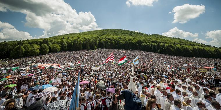 A csíksomlyói pünkösdi búcsú az erdélyi Kis-Somlyó és Nagy-Somlyó hegy közötti nyeregben 2013. május 18-án.