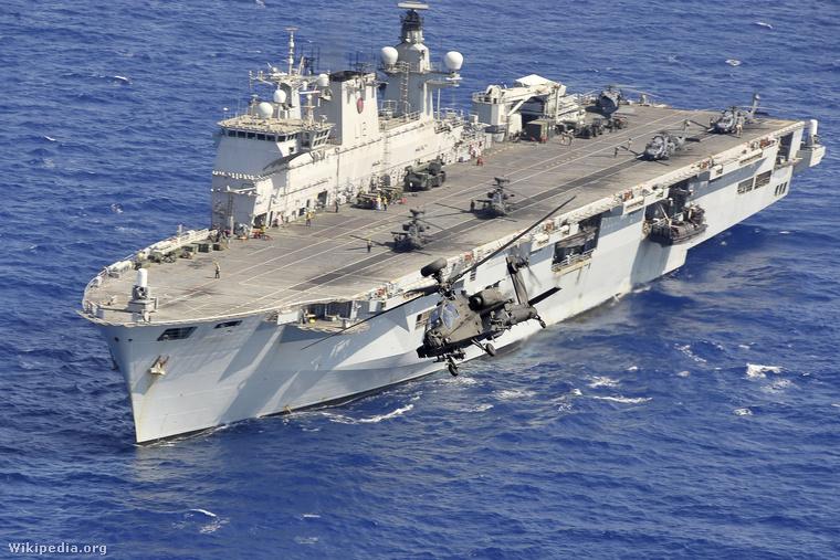 Apache helikopter száll fel a brit Királyi Flotta ékességéről, az HMS Oceanről